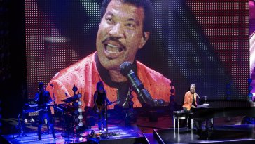 Lionel Richie's 'Hello Tour' is a Smash Hit